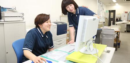 事務内勤で働く女性スタッフの写真